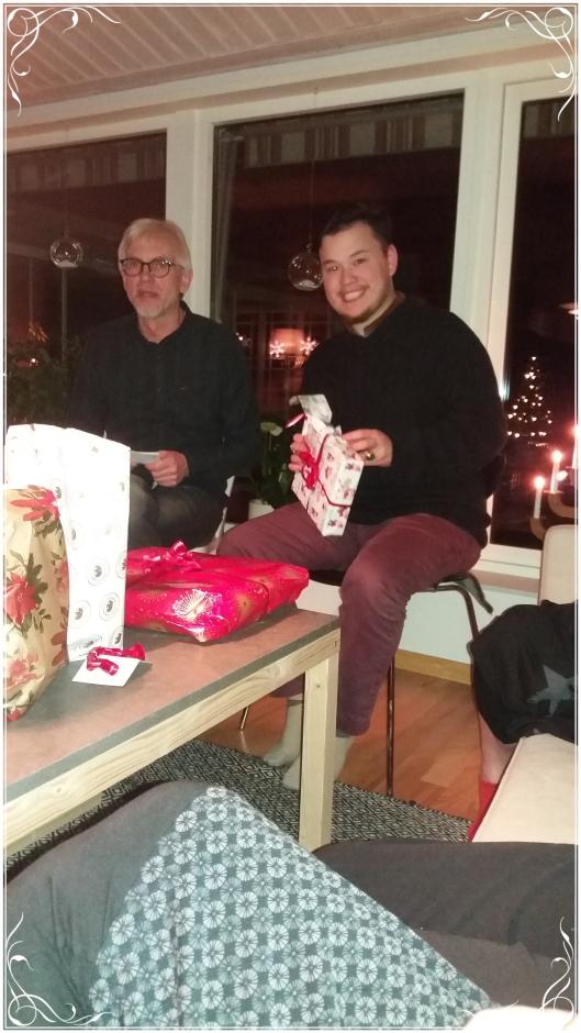 Göran och Elliott plockar upp presenter