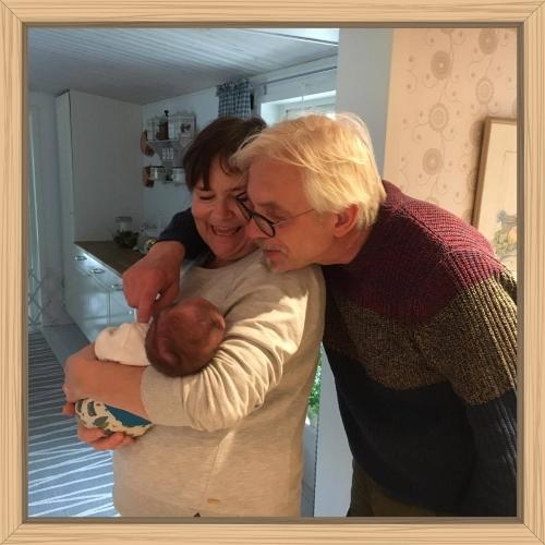 Amanda med sin mormor och morfar