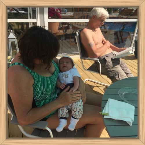 Amanda snackar med morfar Göran