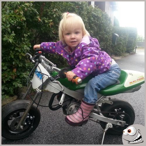 Isabella på cykeln