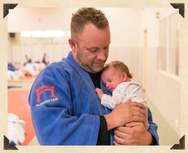 Amanda med pappa på judoträning
