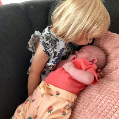 Amanda med sin lillasyster